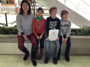 unsere drei jungen Gitarristen aus Weilimdorf und Feuerbach mit Claudia Eberhard